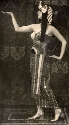Lubov Tchernicheva as Cléopâtre, Ballet Russes, Photographer (most likely): E. Costume by Sonia Delaunay. The original Cléopâtre was Ida Rubinstein, who left Diaghilev's company. Sonia Delaunay, Harlem Renaissance, Belle Epoque, Vintage Photographs, Vintage Photos, Ukraine, Caesar And Cleopatra, Ballet Costumes, Mummy Costumes