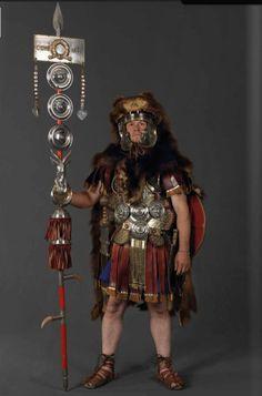 Legion X Germina Signifer Ancient Rome, Ancient Art, Ancient History, Ancient Roman Clothing, Imperial Legion, Roman Armor, Soldier Costume, Roman Artifacts, Roman Legion