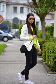 Neon - Hello meine Lieben, diese Outfit hatte ich letzten Montag an. Damals wo sich das Wetter nicht ganz entscheiden konnte. Der Pullover hat ich mit schlichten Farben kombiniert, da ich diese im Vordergrund stellen wollte. Für mehr Bilder, könnt Ihr mich gerne auf meinem Blog besuchen, much love xxx