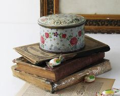 Bonjour,  This french antique tin box feature the most gorgeous vintage floral design, on the side and on the lid of the box. Perfect vintage box to fit all your bits and bops with a french vintage charm.  - DETAILS -  - Listing does not includes props displayed on the last picture - Authentic french vintage - Estimated from the 1960s - Made out of tin metal - Vintage floral design - In vintage condition, as shown on pictures  - EXPLORE -  Find more vintage tin boxes…