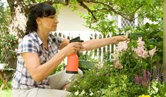 Při ošetřování zahrady můžete použít i přírodní postřiky. Flora, Garden Ideas, Chemistry, Plants, Landscaping Ideas, Backyard Ideas