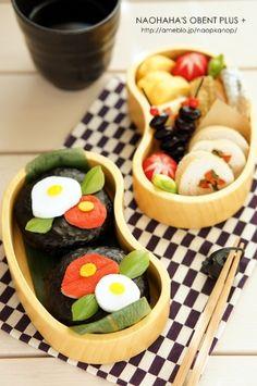 Camellia onigiri bento box (made from nori-wrapped rice balls + imitation crab) Cute Bento Boxes, Cool Lunch Boxes, Bento Box Lunch, Japanese Lunch, Japanese Food, Bento Kids, Decadent Food, Bento Recipes, Desert Recipes