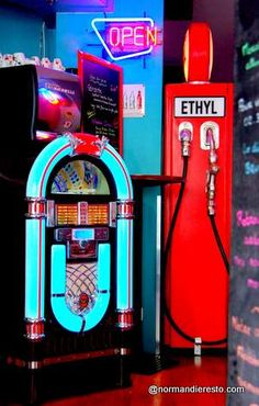 Whoopies american diner ; déco 50's ambiance 50's au Havre : Jukebox et pompe à essence.