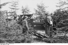 German officer and troops with a 10.5 cm K 35(t) field gun at Hornbaek, Denmark, 1940. (German Federal Archive: Bild 101I-755-0172-37A)