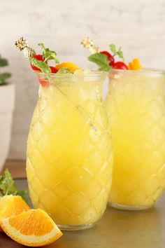 Pineapple Screwdriver cocktails are super simple to make! Easy to mix up by the glass or the pitcher with pineapple juice, orange juice and vodka. Great for get togethers with friends, game day gatherings or your next cocktail party. Drinks With Pineapple Juice, Pineapple Glasses, Orange Juice And Vodka, Pineapple Cocktail, Pineapple Margarita, Pineapple Lemonade, Pineapple Girl, Vodka Lime, Pineapple Recipes
