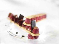 """750g vous propose la recette """"Baguette de framboises croustillantes à la verveine, sorbet hibiscus"""" publiée par 750 grammes."""