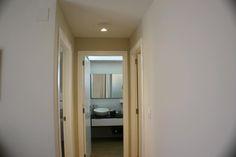 Detalle pasillo acceso baño principal, eliminado gotelé de paredes y techos, reforma apartamento Denia
