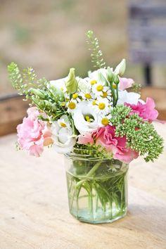 Pot de confiture transformé en vase Plus Deco Floral, Art Floral, Centerpieces, Table Decorations, Decoration Design, Wedding Gifts, Wedding Ideas, Glass Vase, Inspiration