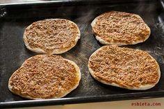 La receta de lahmacun (pizza turca) que os ofrezco es 100% turca, con todos sus trucos y secretos. Muchas fotos de paso a paso.