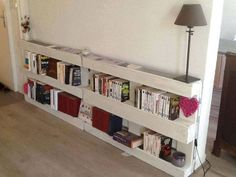 Things to do with Wood Pallets: While most pallets are wooden, pallets can likewise be made of plastic, metal, paper, and reused materials. Every material has favorable circumstances and drawbacks in respect to the others. Pallet Crafts, Diy Pallet Projects, Home Projects, Pallet Ideas, Diy Casa, Pallet Shelves, Bookshelf Ideas, Palette Bookshelf, Easy Shelves