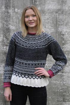 Amalie har her på seg Setesdal love med rundfelling. Oppskriften finnes på Ravelry >>