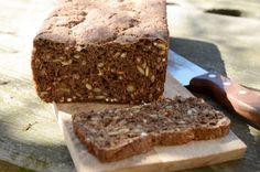 Lækkert og nemt rugbrød bagt med græskarkerner, honning, maltmel, rugmel og hvedemel. Det er bagt på gær og uden brug af surdej.