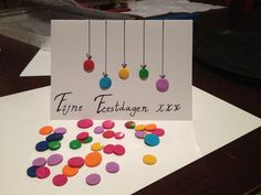 Idee gepikt van Etsy, maar knopen vervangen door fimo-kerstballen. Afwerking kan nog beter, maar hey, het is het eerste probeersel. :) #fimo #christmascard #diy
