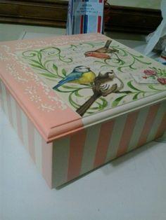 Resultado de imagen para caja de te pintadas Painted Boxes, Wooden Boxes, Hand Painted, Decoupage Wood, Decoupage Ideas, Decor Crafts, Diy Crafts, Vintage Box, Rice Paper