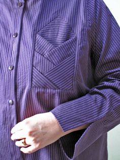 Quite an interesting pocket detail / With Needle and Brush: Purple Stripes on the Double Couture Details, Fashion Details, Fashion Design, Sleeve Designs, Shirt Designs, Sewing Pockets, Techniques Couture, Camisa Polo, Pocket Pattern