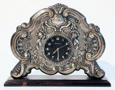 Belíssimo relógio suíço de mesa marca Helveco. Caixa em madeira, frente em metal trabalhado. No e