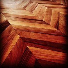 Un pavimento in legno può donare un eleganza di altri tempi alla vostra casa. Il noce di questa spina arreda una casa donando un calore e un clima accogliente. #pavimentiinlegno #legno #design #spina Hardwood Floors, Flooring, Design, Wood Floor Tiles, Wood Flooring, Floor