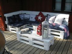 What's great if we are able to make a pallet sofa at home? Pallet wood is easily available in scrap; gather some pieces of pallet wood Pallet Garden Furniture, Pallets Garden, Diy Furniture, Outdoor Furniture, Outdoor Sofas, Repurposed Furniture, Furniture Projects, Furniture Plans, Antique Furniture