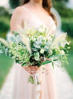 Idag visar vår florist Linnéa Bergqvist från The Wild Rose hur man binder en vacker ängsbukett. Välkomna till bloggen för kunskap och inspiration! Wedding Flower Arrangements, Wedding Bouquets, Wedding Flowers, Wedding Dresses, Wedding Flower Inspiration, Save The Day, Green Wedding, Prom, Beautiful
