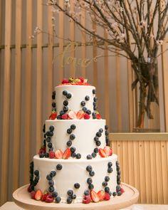 ケーキトッパー【Love/Emily】をご使用していただいたお客様のお写真♡いちごがキュートなウェディングケーキとシンプルなloveのケーキトッパーがあっていますね♪ありがとうございました!