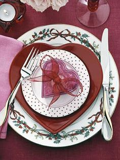 After decorating your home for Valentine's Day, turn to table decorations for Valentine's Day.Here is a variety of Romantic Table Decorating Ideas for Valentine's Day. Valentines Day Dinner, Valentines Day Hearts, Valentine Day Love, Valentine Ideas, Valentine Crafts, Valentine Day Table Decorations, Decoration Table, Dresser La Table, Table Setting Inspiration