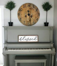 I don't know that I could ever paint my piano, but this is pretty!