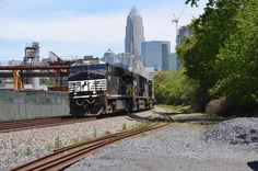 NS 9Z lead by the 7709 at Summit Avenue in Charlotte, NC, on April 15, 2016