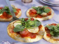 Kleine Pizzen mit Tomate und Sauerampfer ist ein Rezept mit frischen Zutaten aus der Kategorie Blattgemüse. Probieren Sie dieses und weitere Rezepte von EAT SMARTER!