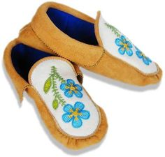 Traditional moccasins and mukluks made in the styles of native people North America Green Wool, Black Wool, Native Design, Nativity Crafts, Deer Skin, Polar Fleece, Beaded Flowers, Beading Patterns, Moccasins