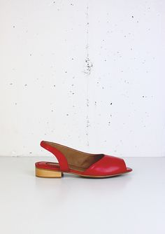 Rouge nappa leather asymmetric sandal. The heel is made in real wood and it measures 2,5 cm. It is padded for greater comfort. Non slip sole. Made in Spain.