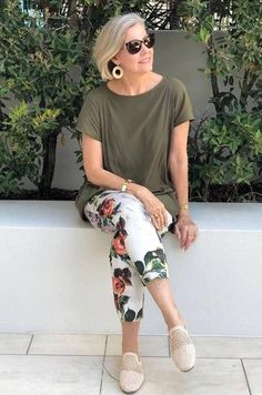 40 spring outfits for women over 50 White pants spring outfits for over 50 , 40 Spring Outfits for Women Over 50 , Fashion for Over 40 & 50 Source by outfitstyless. Over 60 Fashion, Mature Fashion, Over 50 Womens Fashion, Fashion Over 50, Look Fashion, Mode Outfits, Stylish Outfits, Fashion Outfits, Fashion Trends