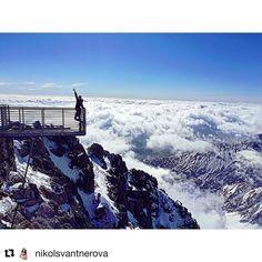 Krásna deva s krásnym výhľadom na #praveslovenske z @lomnicak_sk  od @nikolsvantnerova  #slovensko #slovakia #tatry #tatramountains #lomnickystit #peak #rocks #mountains #clouds #inversion #winter #snow #sky #bluesky #nature #landscape
