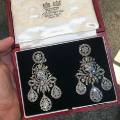 learn more about this rare pair of Diamond Girandole Ear Pendants, in today's insta stories ⬆️⬆️⬆️⬆️ Diamond Chandelier Earrings, Diamond Jewelry, Silver Jewellery, Jewlery, Art Deco Jewelry, Fine Jewelry, Antique Jewelry, Vintage Jewelry, Vintage Earrings