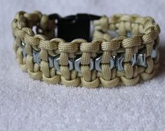 Hand tied paracord bracelet with hex nut center. The bracelet is flexible and comfortable. it is in x wrist lenght. Friendship Bracelets Tutorial, Bracelet Tutorial, Paracord Bracelets, Macrame Bracelets, Nut Bracelet, Paracord Projects, Steampunk, Trending Outfits, Hardware