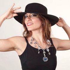 Una collana artigianale di cristalli con pendente in blu, un modello giovane e innovativo indossato dalla nostra splendida Erika. www.oro18.eu