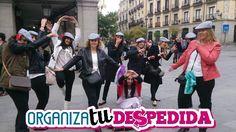 amigas de la novia disfrazadas de madrileñas castizas posan divertidamente para guardar un buen recuerdo de su despedida de soltera en Madrid