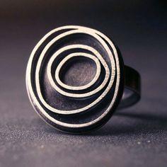 Moderne Sterling silber Ring mit oxidierte von hartleystudio