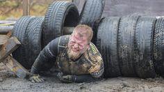 Uczestnicy biegu z przeszkodami musieli zmagać się z niecodziennymi przeszkodami