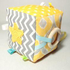 Jouet bébé, cube eveil, anneau de dentition, jeu sensoriel bébé, inspiration montessori, jaune, gris, cadeau naissance