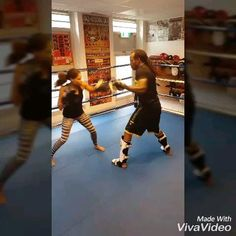 Krav Maga Self Defense, Self Defense Moves, Self Defense Martial Arts, Kickboxing Workout, Gym Workout Tips, Female Mma Fighters, Kick Boxing Girl, Boxing Videos, Martial Arts Techniques