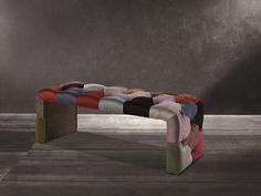 Banquette garnie en tissu, style patchwork. Mod. TOULOUSE Banquettes, Toulouse, Ottoman, Chair, Furniture, Home Decor, Style, Scrappy Quilts, Color Combinations Outfits