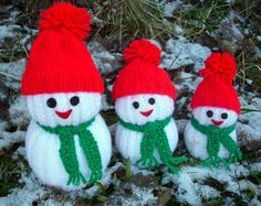 These jolly Snowmen with cute hat and scarf and little nose are the perfect cuddly make for the festive season.Snowman Knitting Patterns That Won't Melt, i strickendes Babyspielzeug Wonderful DIY Jolly Knitted Snowmen With Free Patterns Christmas Makes, Christmas Toys, Christmas Snowman, Xmas, Christmas Knitting Patterns, Knitting Patterns Free, Free Pattern, Loom Knitting, Baby Knitting