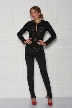 Slim nohavice s vysokým pásom, s možnosťou rozopnutia na zlatý zips v zadnej časti. Zlaté zipsy zdobia aj spodnú časť nohavíc. V prednej časti našité saténové aplikácie. Vhodné k saku Edvin jacket.