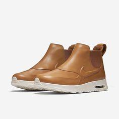 Nike Air Max Thea Mid-Top #Nike para estas fechas nos suele traer versiones más invernales de sus siluetas más conocidas. Hoy os presentamos una versión completamente nueva de la Nike Air Max #Thea en la que poco se puede reconocer la zapatilla original puesto que se le ha dado un aspecto de #zapato - #bota utilizando cuero aportándole así una estética muy elegante y distinguida. Ya disponibles en nuestras tiendas y Online:  http://ift.tt/2eUu9AH