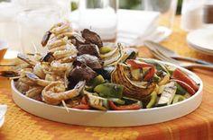 Brochetas de mar y tierra con vegetales a la parrilla