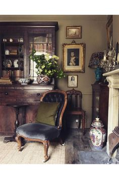 Vintage Home Decor For More Traditional Interior Design English Interior, English Decor, Antique Interior, Antique Furniture, Modern Furniture, Furniture Design, Reclaimed Furniture, Antique Wood, Furniture Dolly
