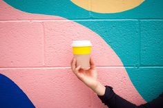 Kolumne: Ein Tag als Coffee to go Becher - Nachhaltify. Web Design Trends, App Design, Life Design, Apps For Writers, Yellow Coffee Cups, Cheap Coffee Maker, To Go Becher, Healthy Energy Drinks, Coffee Cup Photo
