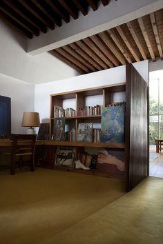 CASA ESTUDIO LUIS BARRAGÁN  En su diseño interior Barragán desarrolla un ambiente con rasgos de la arquitectura popular como de los antiguos conventos de México, utiliza viguerías recordando a las haciendas mexicanas.