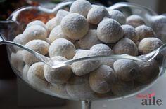 Ağızda dağılan lezzetli fındıklı kurabiye tarifi... Neredeyse hiç bayatlamayan, ağızda dağılan, ortasında bütün bir fındıkla, bir lokmalık bu kurabiyeyi biz ev halkı çok sevdik. Çay saatlerinde mis gibi çay veya kahve yanında meşhur kavala kurabiyesini aratmayacak bu tarifi mutlaka deneyin derim. http://www.hurriyetaile.com/yemek-tarifleri/anne-sef/oya-emerk/agizda-dagilan-lezzetli-findikli-kurabiye-tarifi_102.html