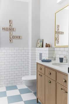 חדר אמבטיה ילדים, ריצוף דמקה, ארון אמבטיה מעץ אלון.  children's bathroom